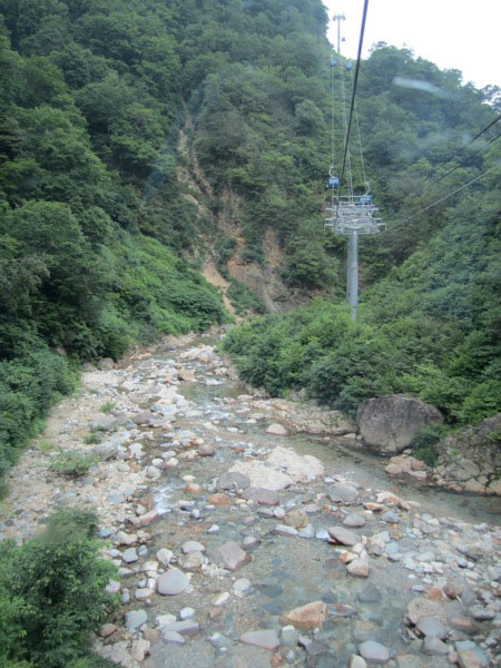 Through a river valley on the Dragondola
